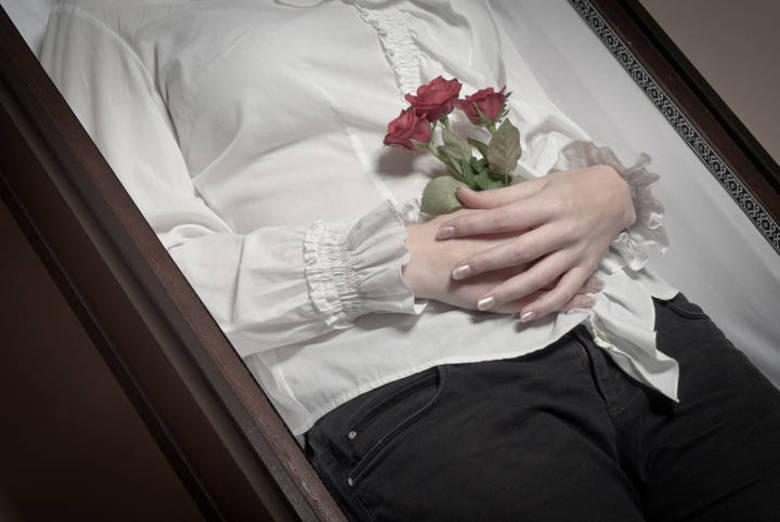 sonhar com pessoa desconhecida em caixão