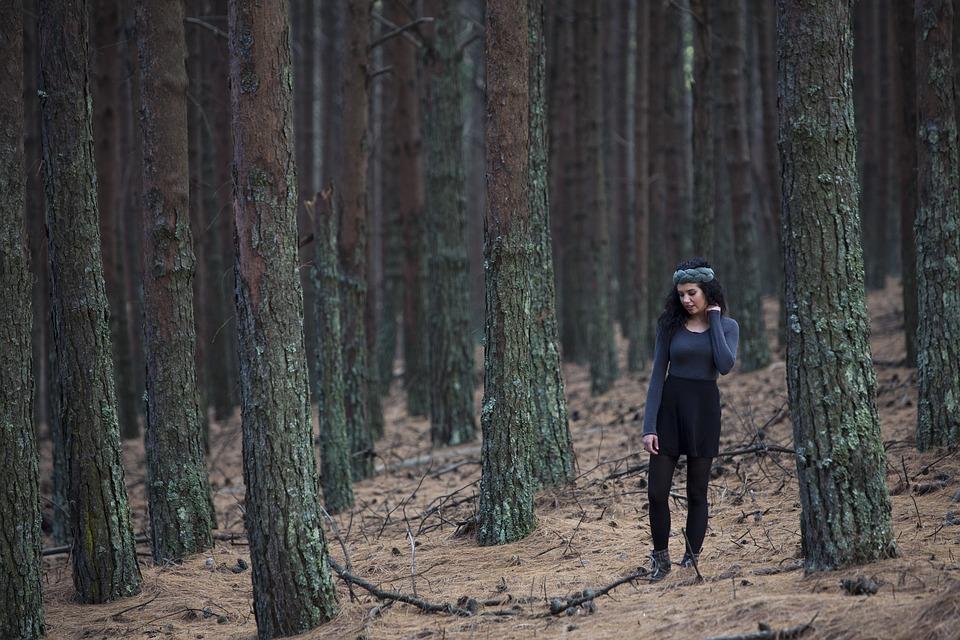 pessoa em floresta